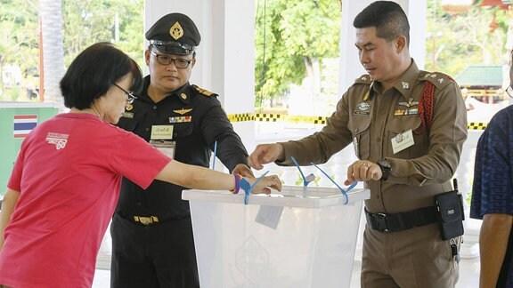 Frau gibt bei Parlamentswahl in Thailand Stimme ab