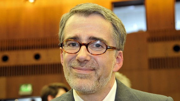 Prof. Dr. Wolfram Henn blickt in die Kamera.
