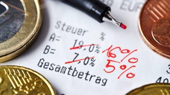 Durchgestrichene Mehrwertsteuersätze auf einem Kassenbon