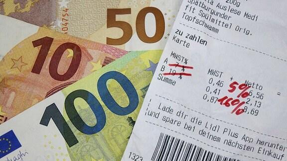 Quittung mit Mehrwertsteuer und Geldscheinen