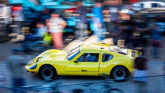 Ein Melkus-Sportwagen fährt bei einem Treffen von rund 40 Autos in den Stallhoff.