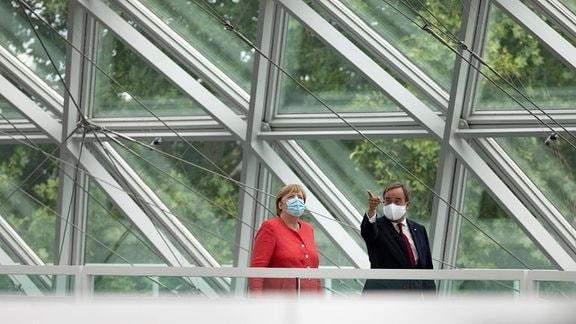 Der Ministerpräsident von Nordrhein-Westfalen empfängt die Bundeskanzlerin zu ihrem Besuch in NRW Gang zur gemeinsamen Pressekonferenz Düsseldorf .