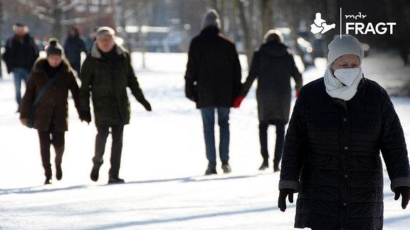 Spaziergänger im verschneiten Park