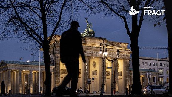 Der fast menschenleere Vorplatz vor dem Brandenburger Tor
