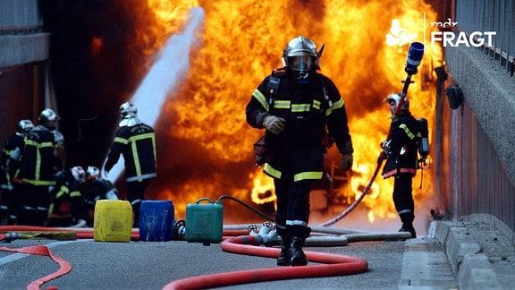 Die Feuerwehr bei Löscharbeiten
