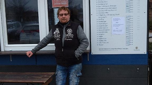 Detlef Ewe vor seinem Imbiss in Aschersleben