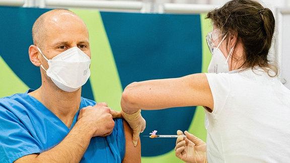 Ein Mann wird geimpft