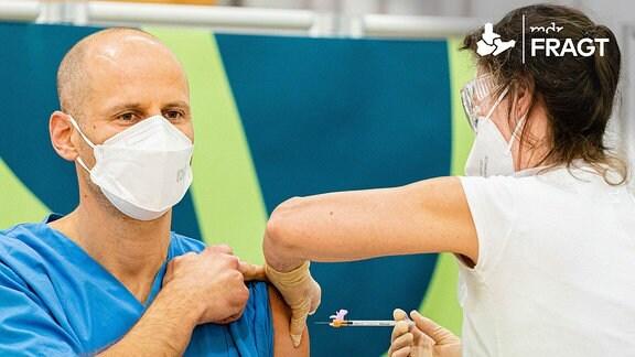 Ein Mitarbeiter eines Krankenhauses wird geimpft