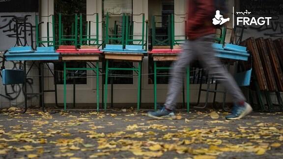 Hochgestellte Bänke an einer Straße