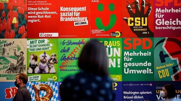 Impressionen von Wahlplakaten und Parteigeschenken beim Pressegespräch zur neuen Ausstellung Wähl mich!