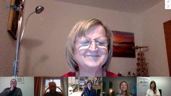 Eine Bürgerin via Webcam im Gespräch mit den Redaktueren von MDRfragt.