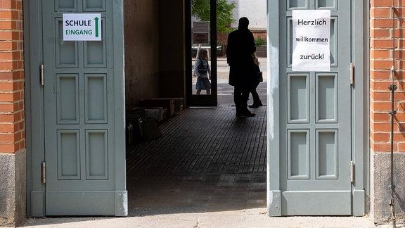 Herzlich willkommen zurück - Gruß an die zurückkehrenden Schüler am Eingang der Thomas-Mann-Grundschule in Berlin-Prenzlauer Berg