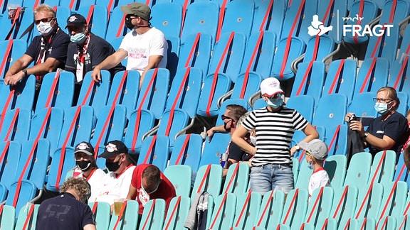 Reduzierte Anzahl von Zuschauern im Stadion unter Coronabedingungen und Abstandsregelungen.