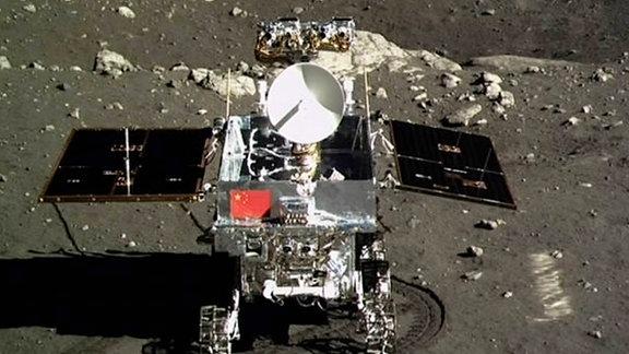 Das Mondfahrzeug mit der Flagge von China.