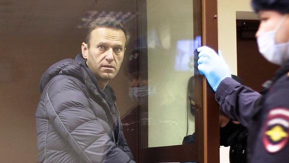 In diesem Auszug aus einem vom Bezirksgericht Babuskinsky zur Verfügung gestellten Video steht der rechtspopulistische russische Aktivist Alexej Nawalny während einer Anhörung zu seiner Anklage wegen Verleumdung im Bezirksgericht Babuskinsky in einem Glaskasten. Alexej Nawalny wird durch ein Moskauer Gericht zu einer Haftstrafe verurteilt.