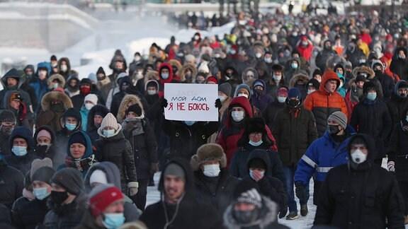 Menschen bei einer Demonstration zu Unterstützung für oppositionellen Aktividten Alexei Nawalny