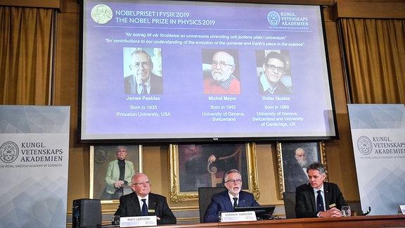 Goran K Hansson C, Generalsektretär der Royal Swedish Academy of Sciences, und die Mitglieder Mats Larsson L und Ulf Danielsson, verkünden die Gewinner des Nobelpreises 2019 in Physik während der Pressekonferenz in  Stockholm, Sweden.