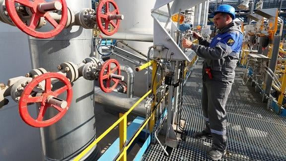 Mann überprüft Messgeräte am Starpunkt der Nord Stream 2 Gas Pipeline
