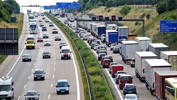 LKW und PKW stehen auf der Autobahn 4 (A4) in Richtung Dreieck Nossen im Stau