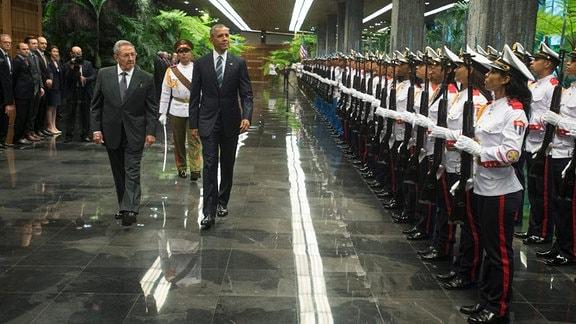 Präsident Obama wird 2016 von Präsident Raul Castro im Revolutionspalast in Havanna mit Militärischen Ehren begrüßt.