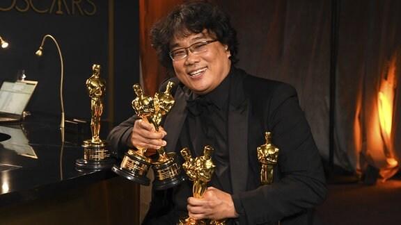 Bong Joon-ho zeigt die erhaltene Oscars für seinen Film 'Parasite'  in den Kategorien 'Beste Regie', 'Bestes Originaldrehbuch', 'BesterFilm' und 'Bester fremdsprachiger Film' (Auslands-Oscar) beim Gouverneursball nach der Oscar-Verleihung im Dolby Theatre.