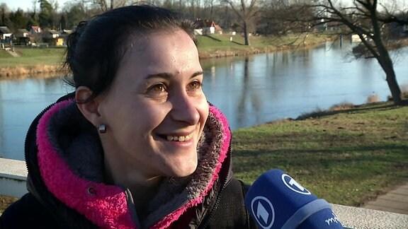 Jarka Kramařová spricht in ein Mikrofon