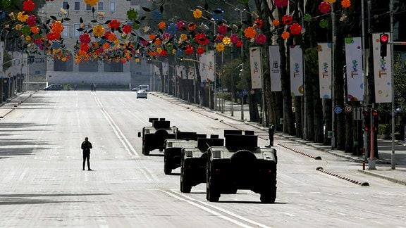 Militärfahrzeuge patrouillieren durch die Hauptstadt Tirana.