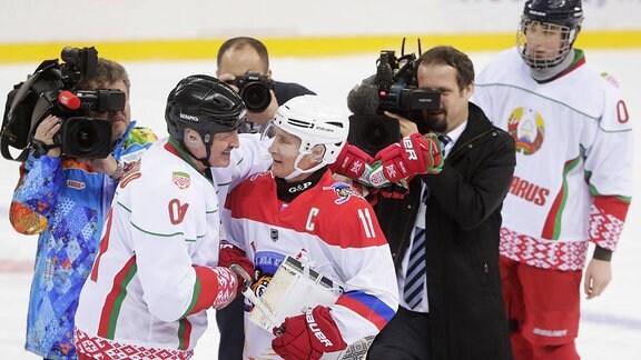 Alexander Lukaschenko und Wladimir Putin umarmen sich in Eishockey-Montur.