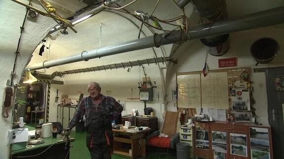 Ein Mann in einem Raum in einem Bunker