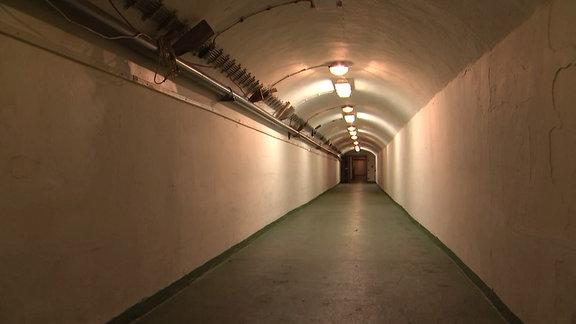Langer Gang in einem Bunker
