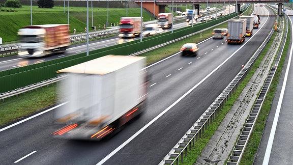 Pkws und Lkws auf einer Autobahn