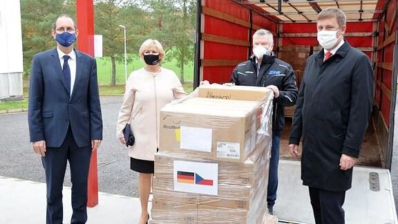 Tschchiens Außenminister Tomáš Petříček nimmt 100 Beatmungsgeräte in Empfang, die Deutschland der Tschechischen Republik geschenkt hat (3. November 2020)