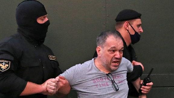 Einsatzkräfte führen Präsidentschaftskandidat Viktor Babariko ab