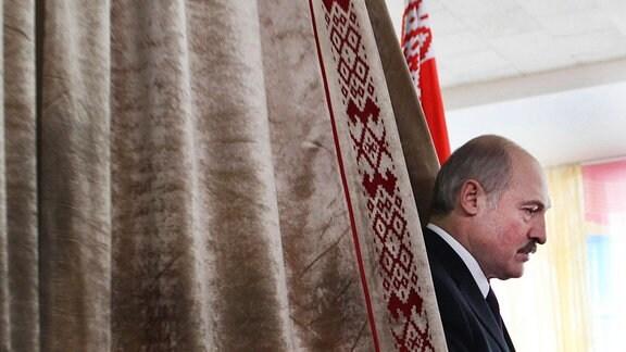 Der amtsinhabende President Weißrussland, Alexander Lukashenko, bei seiner Ankunft an einem Wahllokal in Minks am 19. Dezember 2010.