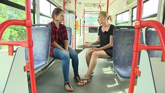 Hana Tomaštíkova (rechts), Pressesprecherin der Verkehrsbetriebe Brünn, im Interview in einer Straßenbahn.