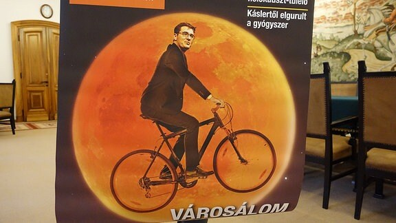 Poster zeigt Mann auf Fahrrad vor Vollmond entlang fliegen