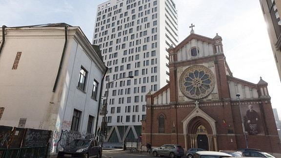 neben der katholischen Kathedrale Sankt Josef steht ein 19-etagiges Bürogebäude