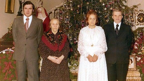 Weihnachten bei den Ceausescus (Sohn Nicu Ceausescu, Alexandra Petrescu steht hier neben ihrer Tochter Elena Ceausescu und ihrem Schwiegersohn Nicolae Ceausescu – v.l.n.r.). undatiert
