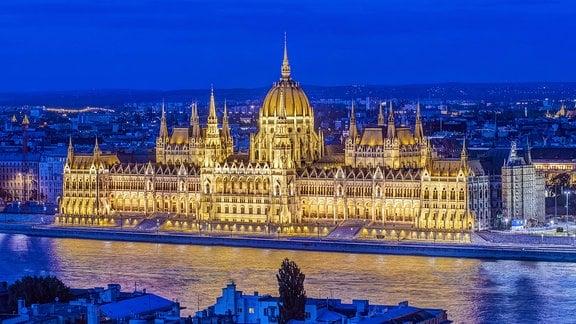 Parlamentsgebäude in Budapest, nachts, hell illuminiert