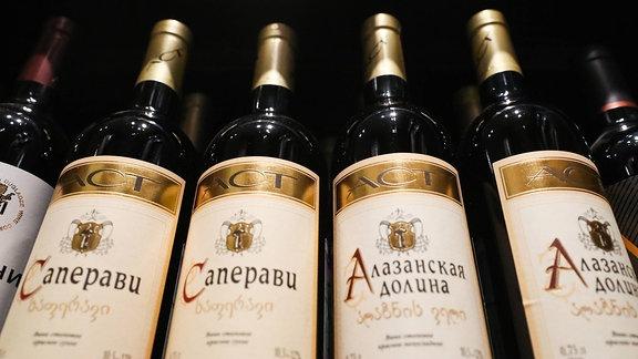 Georgischer Wein in einem Ladenregal