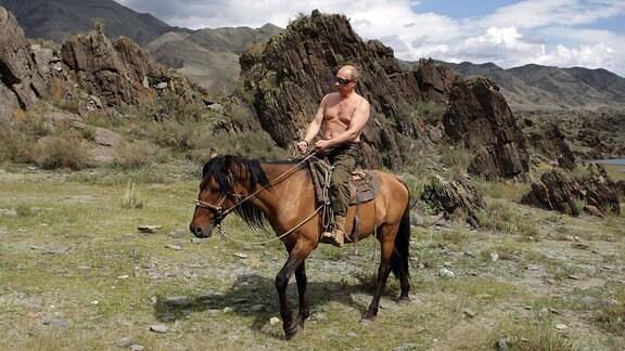 Putin reitet, halbnackt