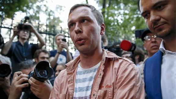 Ein Mann spricht zu Reportern.