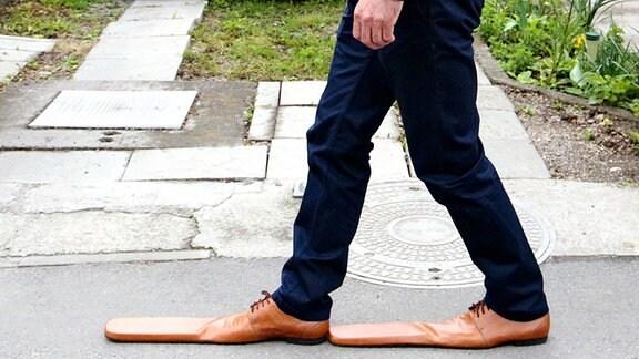 Schumacher Grigore Lup trägt Schuhe in Überlänge