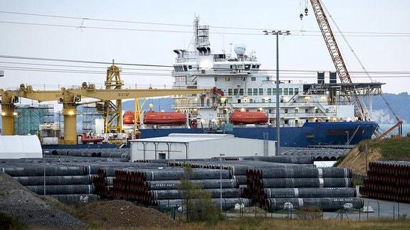 Hafen Sassnitz-Mukran liegt das russische Verlegeschiff Akademik Tscherski fuer den Weiterbau der Nord-Stream 2 Pipeline.