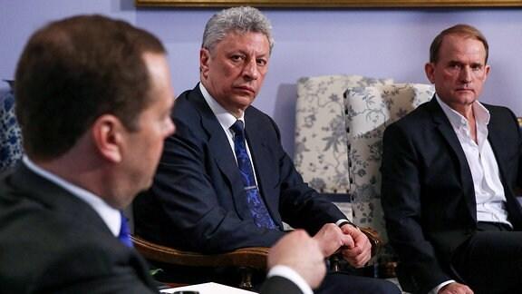 Jurij Bojko (Mitte) und Wiktor Medwedtschuk zu Gast beim russischen Premierminister Dmitri Medwedew.