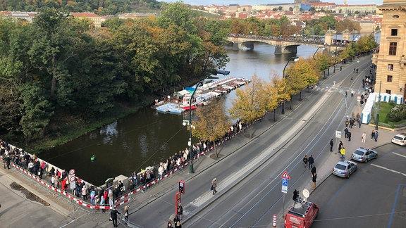 Blick auf Prager Altstadt und Menschenschlange