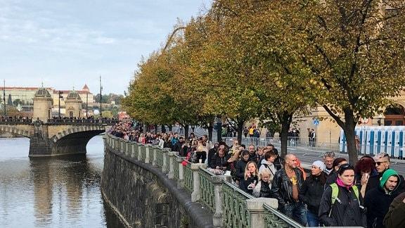 Menschen stehen in der Prager Altstadt Schlange