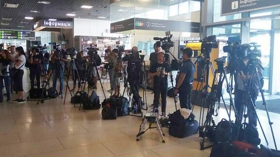 Journalisten warten am Flughafen Kiew-Schuljany