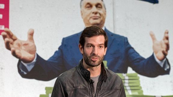 Momentum-Chef Andras Fekete-György vor MP Orbans Wochenendhaus im Jahr 2018