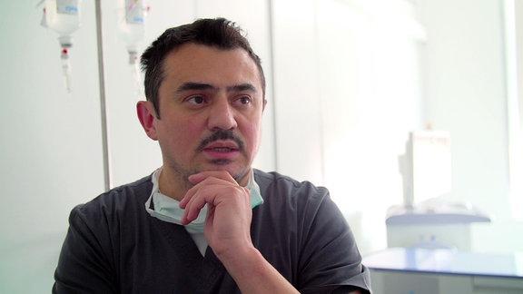 Mann in Arztkleidung